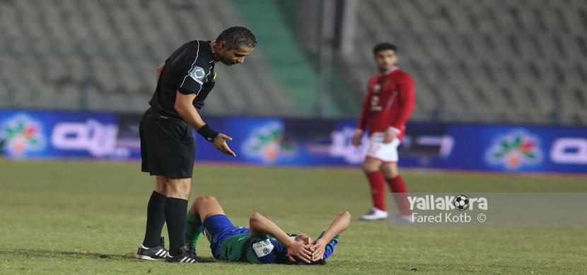سقوط لاعب المقاصة على ارضية الملعب