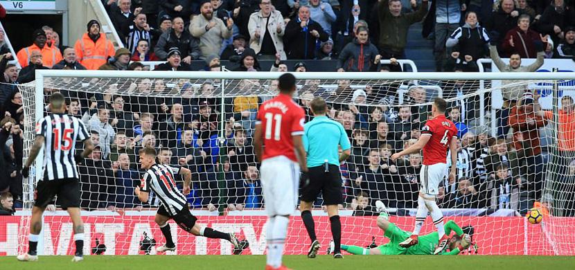 لحظة هدف نيوكاسل في مرمى مانشستر يونايتد