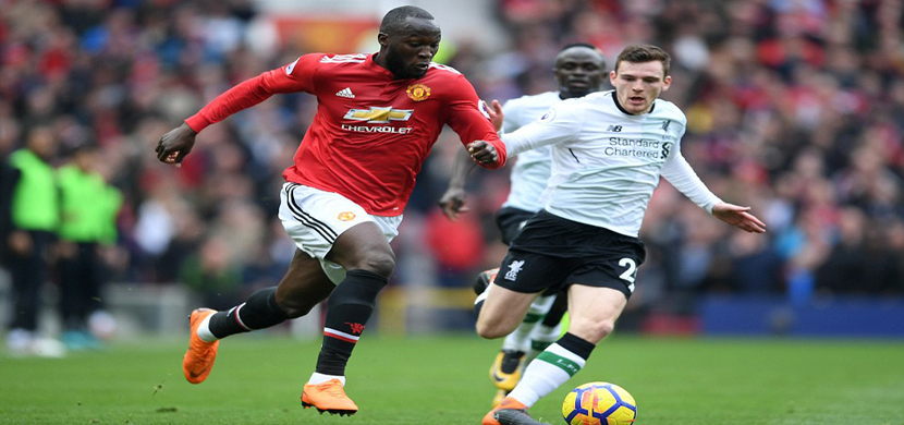 لوكاكو يحاول المرور من لاعب ليفربول