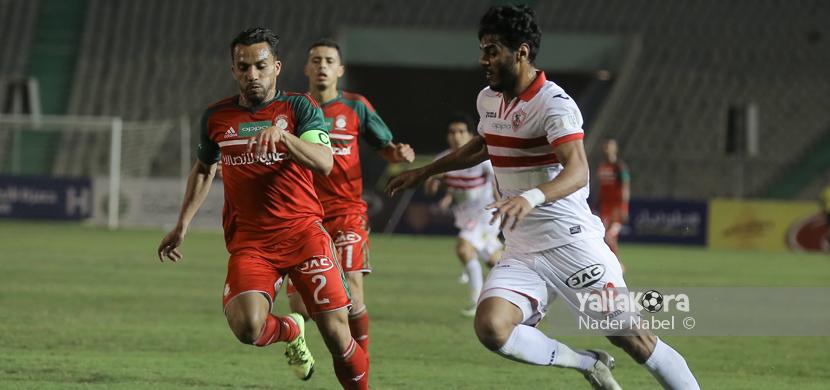عماد فتحي يحاول المرور من لاعب الرجاء