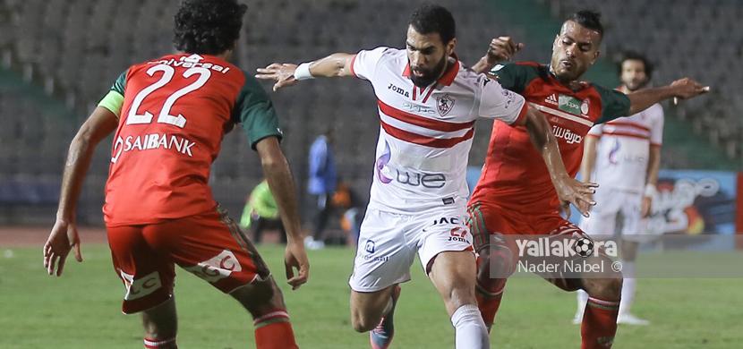 محمود عبد العزيز يحاول المرور من لاعبي الرجاء