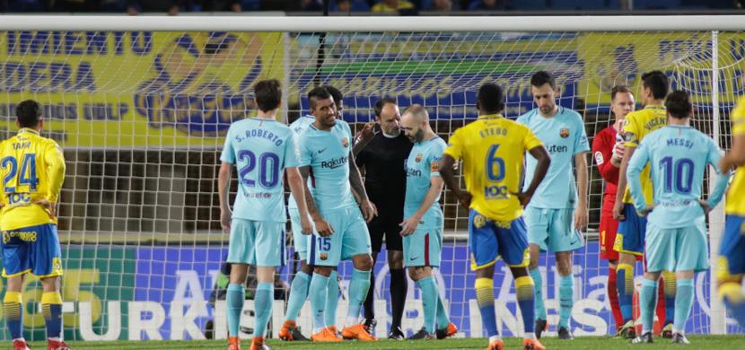 اعتراض لاعبي برشلونة على قرار الحكم