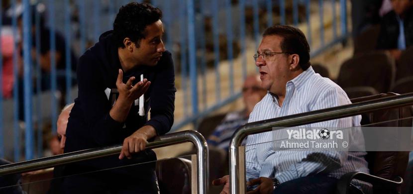 احمد جلال ابراهيم يتابع المباراة من المدرجات