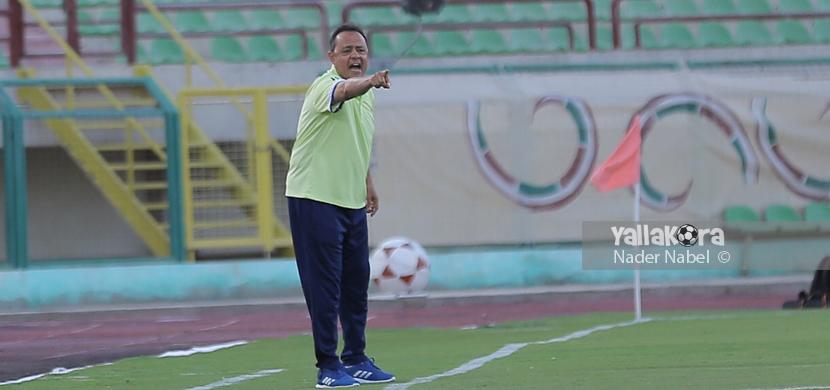 طارق يحيى مدرب بتروجيت يعطي تعليماته للاعبين
