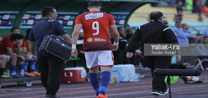 خروج أزارو من المباراة بعد إصابته