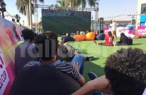 الجماهير تتابع لقاء مصر والسعودية من مول ديستريكت