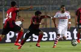 لاعب الداخلية يقف أمام تسديدة عبدالملك