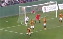 مشجع يسقط من فوق المدرجات في مباراة بالأرجنتين