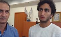 عمرو وردة يتسلم جائزة أفضل لاعب في مباراة باوك