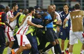 لاعبو تونس يحاولون ضرب حكم لقاء غينيا الاستوائية