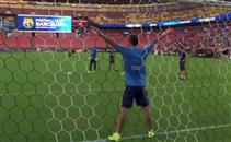 سواريز يتألق كحارس مرمى في تدريبات برشلونة