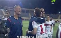 نور الدين وقبلات مع لاعبي الزمالك