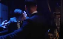 سواريز يحاول عض ميسي في حفل أفضل لاعب في أوروبا