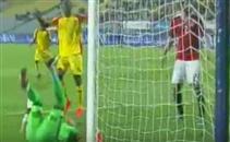 لاعب غينيا يخدع الحضري