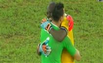 تحية متبادلة بين الحضري وحارس اوغندا بعد المباراة
