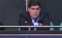 مارادونا يتابع لقاء توتنهام وليفربول من المدرجات
