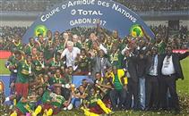 تتويج لاعبي الكاميرون ببطولة افريقيا