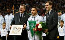 تكريم بودولسكي قبل مباراة المانيا وانجلترا