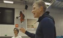 دي برانا يسجل ثلاثية بقدمه في كرة السلة