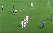 لاعب يسجل هدف من منتصف الملعب