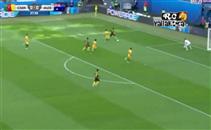 استخلاص رائع من لاعب استراليا أمام الكاميرون