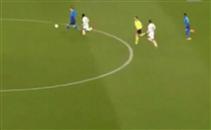 سقوط طريف لحكم مباراة ارسنال واوسترسوندز