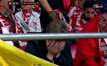 بكاء مشجع لاشبيلية أمام برشلونة