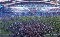 جماهير السيتي تحتفل على ارضية الملعب