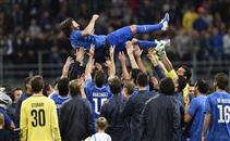احتفال اللاعبين بإعتزال بيرلو نجم منتخب إيطاليا