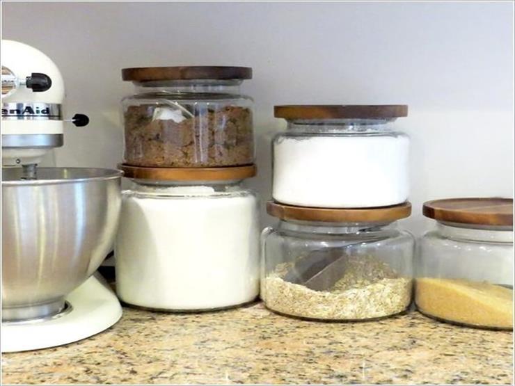 10- عُلب زجاجية توضع فوق بعضها البعض لتخزين الملح والتوابل.