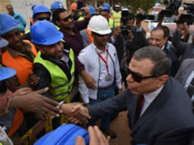 وزير القوى العاملة يسلم على عمال مصنع كيما