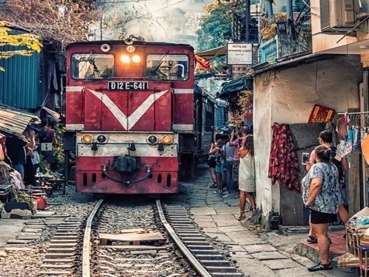 9- Hanoi train street, Vietnam شارع قطار هانوي - فيتنام