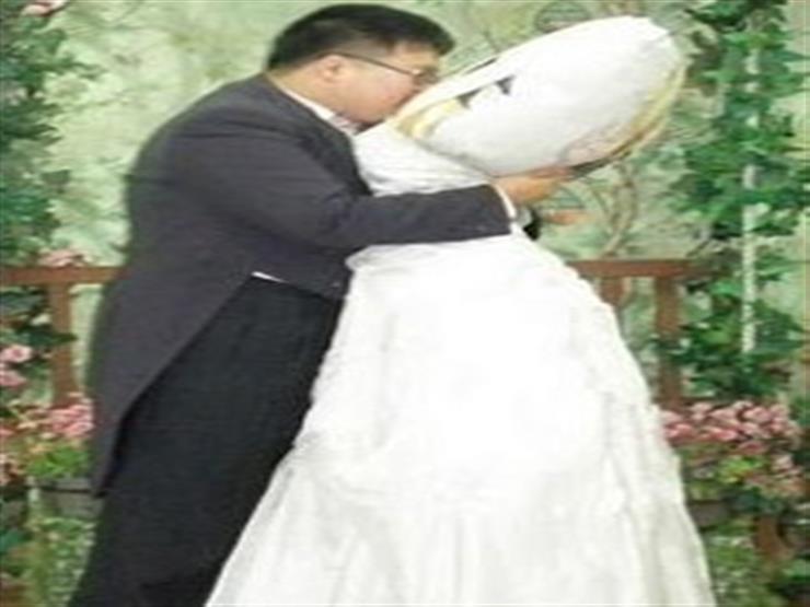 كوري يتزوج وسادته