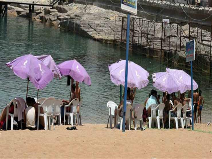 إقبال ضعيف على شواطئ الإسكندرية رغم الموجة الحارة (4)