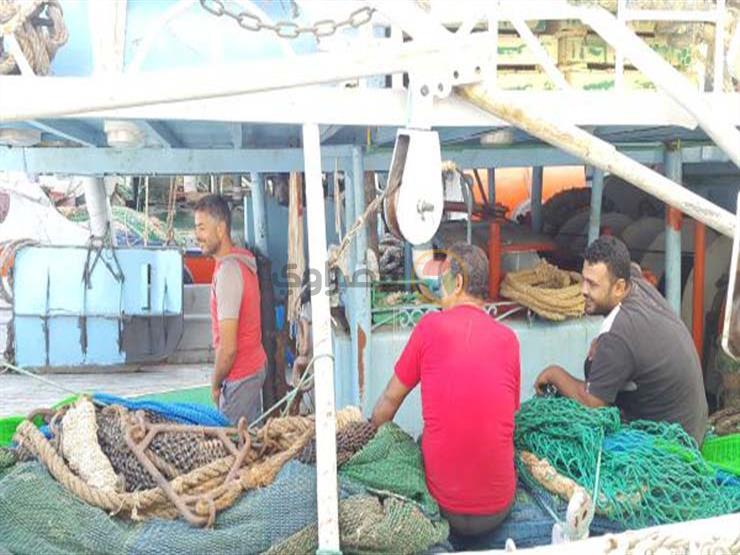 صيادين على غزل وشباك الصيد يستعدون للرحيل
