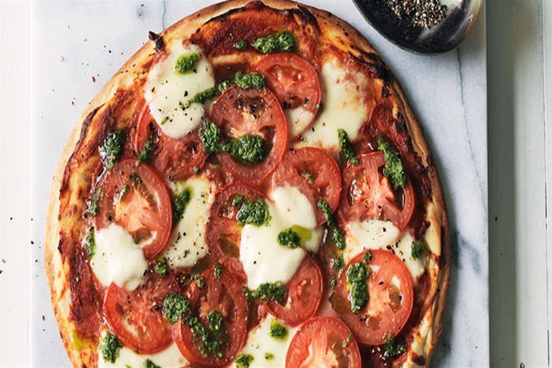 بيتزا الطماطم وجبنة البوكوتشيني