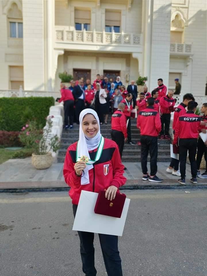 لاعبة الكاراتية ياسمين الجويلي بعد تكريمها وفي يدها وسام الرياضة