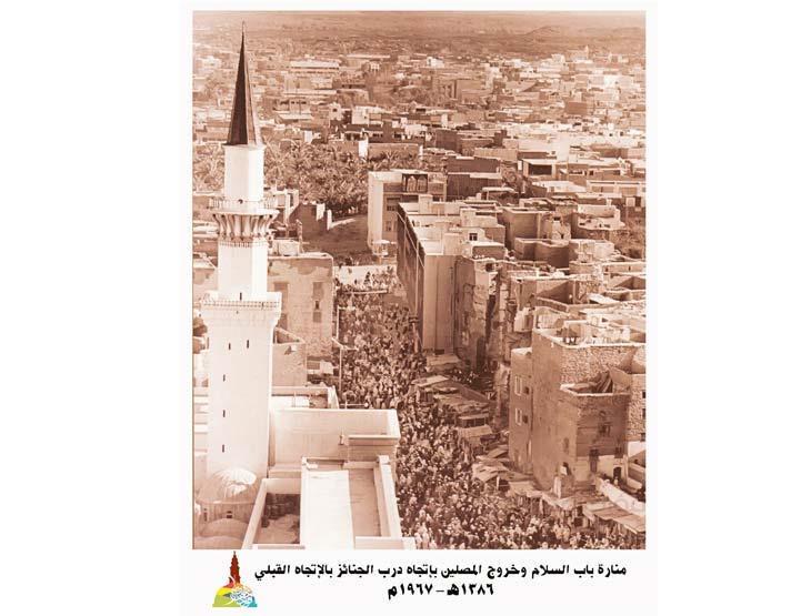 صورة أرشيفية للمدينة وقت خروج المصلين من المسجد النبوي