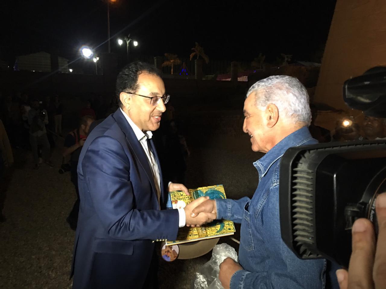 زاهي حواس يهدي قبعته لرئيس مجلس الوزراء2 (2)