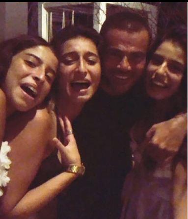 عمرو دياب مع بنات عامر منيب