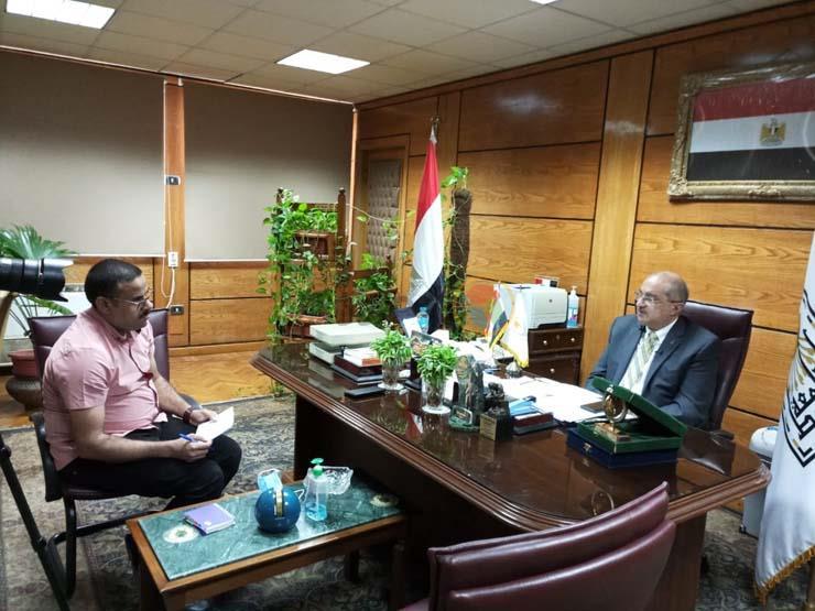 الدكتور طارق الجمال رئيس جامعة أسيوط ومحرر موقع مصراوي (3)