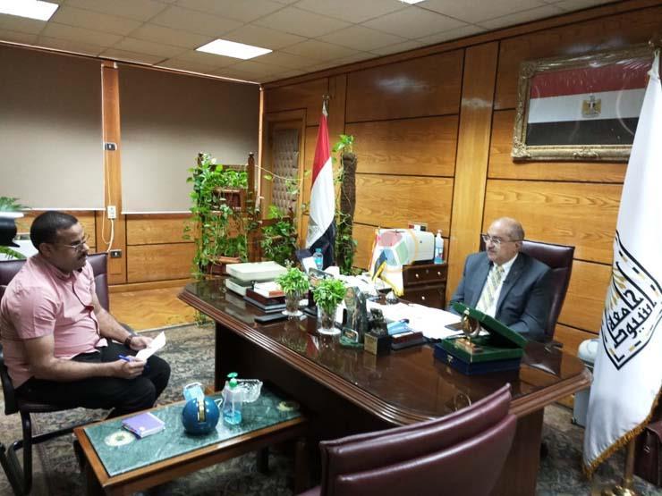 الدكتور طارق الجمال رئيس جامعة أسيوط ومحرر موقع مصراوي (5)