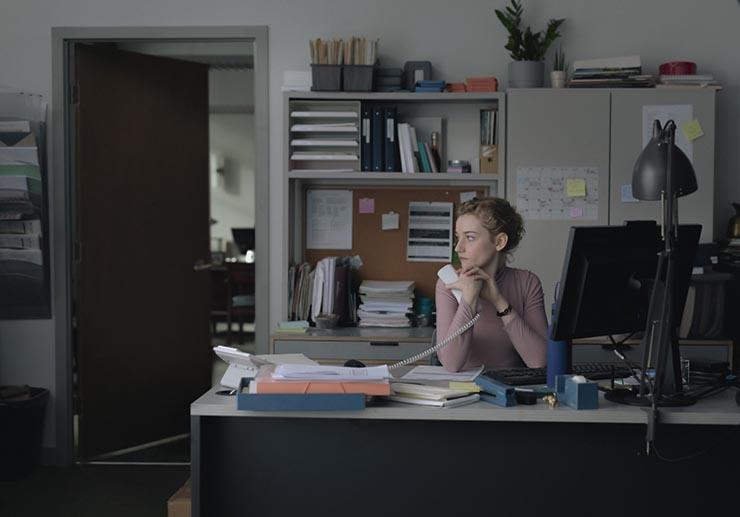 جوليا جارنز في لقطة من فيلم المساعد