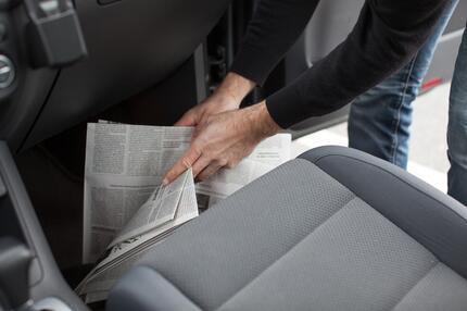 استخدام الجرائد للتخلص من رطوبة مقصورة السيارة