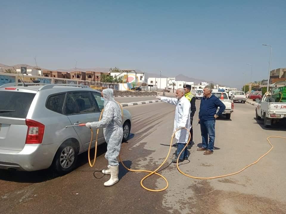 8(الطبيب محمد حسين أثناء الإشراف  على تعقيم السيارات القادمة إلى دهب