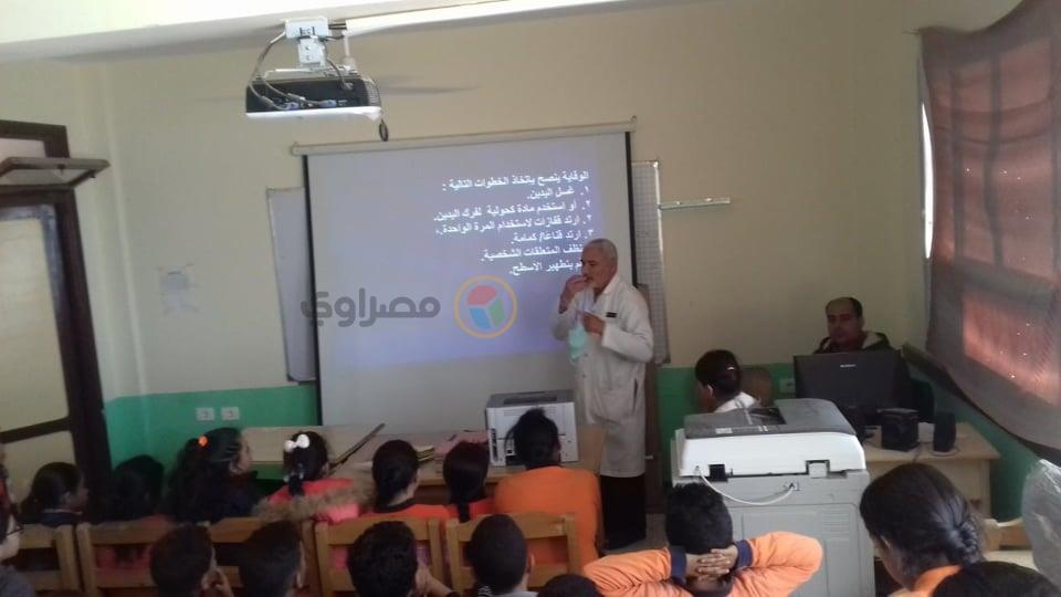 2(مفتش صحة دهب يشرح لطلاب المدارس كيفية الوقاية من كورونا