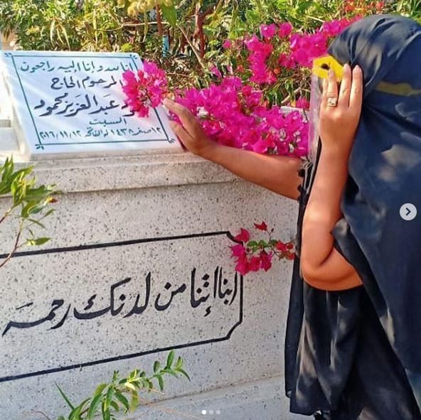 بوسي شلبي أمام قبر محمود عبد العزيز
