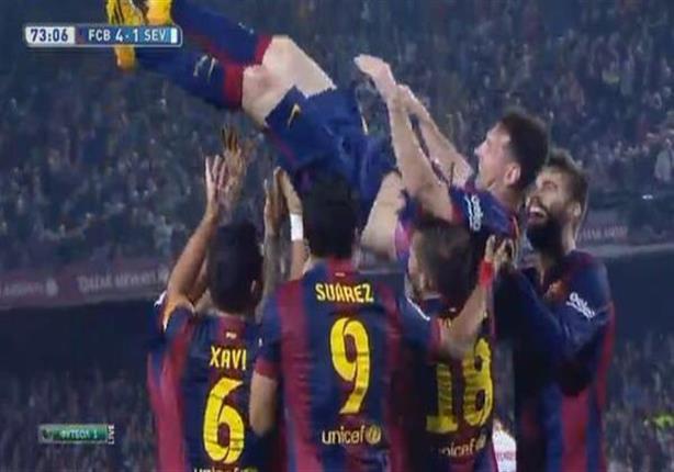لاعبو برشلونة يحملون ميسي احتفالا بلقب الهداف التاريخي للدوري الإسباني