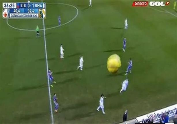 كرة راموس تصيب أعلى كاميرا بالملعب في مباراة الريال وإيبار