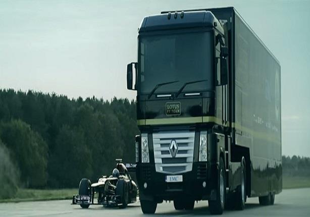 استعراض رهيب لشاحنة ضخمة تطير من فوق سيارة فورمولا 1